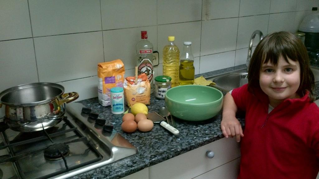 Los ingredientes de los rosquillos con una buena representante de las generaciones venideras ;) 7 enero 2013